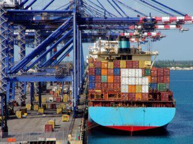 déchargement de conteneur au port de pointe à pitre