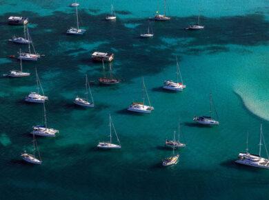 Bateaux amarrés sur côte martiniquaise