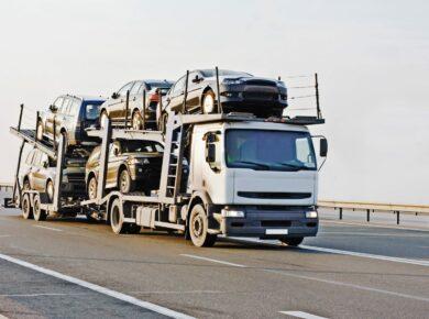 Camion porte voiture en route vers le port