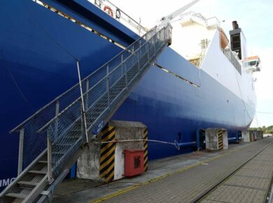 Escalier montant vers un navire à quai
