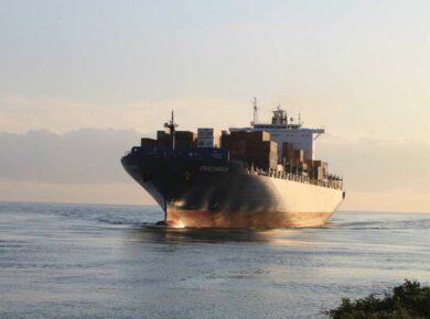 Navire de transport en route ver l'Île de la Réunion