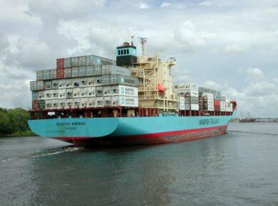 porte conteneur qui arrive en Guyane