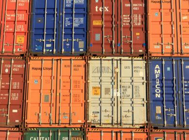 Containers entreposés les uns sur les autres