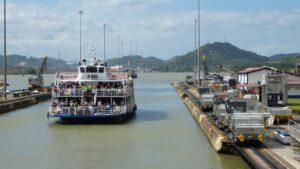 bateau sur le canal du panama