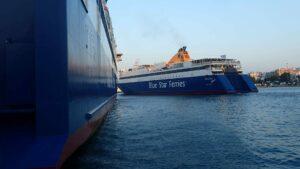 un bateau de croisiére quitte le port