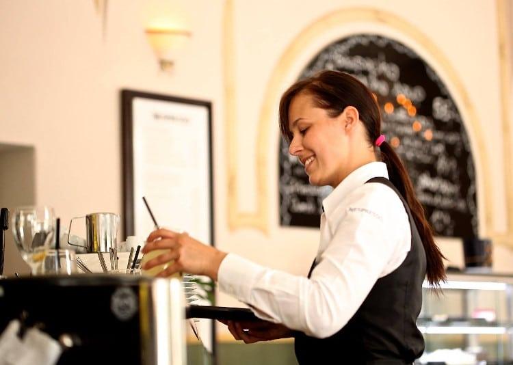 Serveuse en service dans un bar